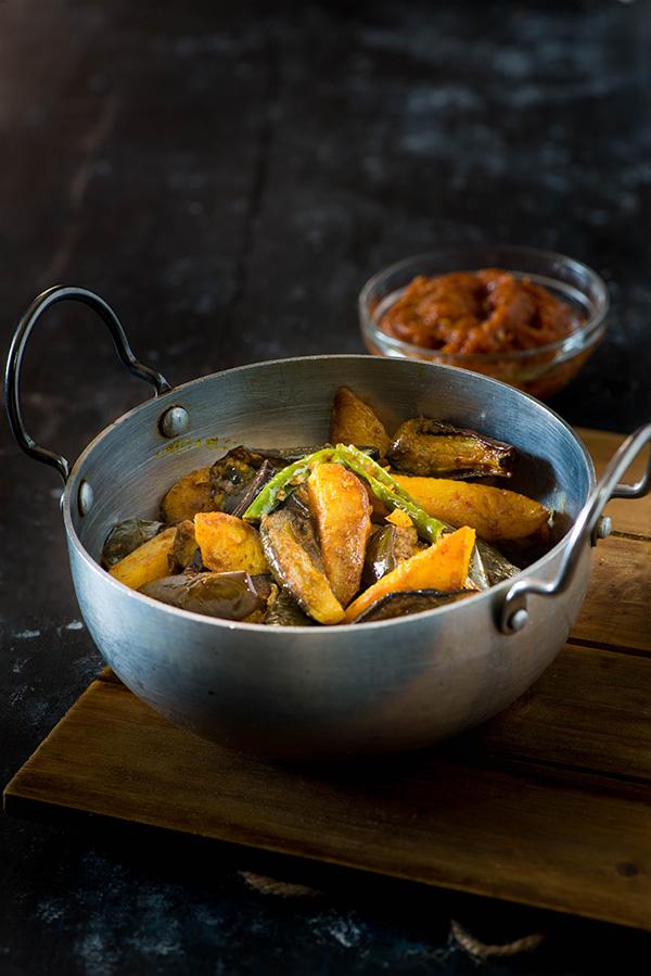 Aloo baingan ki sabji is one of simplest dry curry or sookhi sabzi made with potatoes and eggplant aka Baingan
